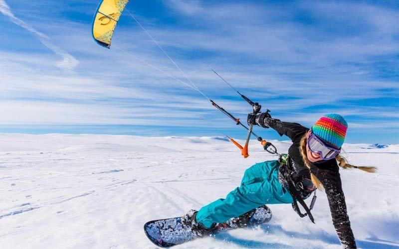 sport estremi ragazza fa snowkite