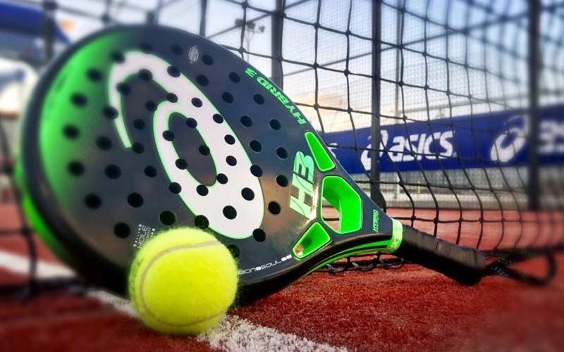 racchetta da paddle tennis e pallina